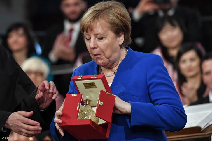 Merkel a díjjal