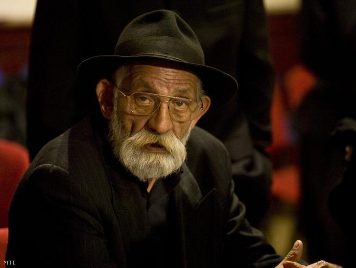 Choli Daróczi József, Daróczi Dávid volt kormányszóvivő édesapja, a tragikus hirtelenséggel elhunyt fia emlékére tartott virrasztáson az Országos Cigány Önkormányzat (OCÖ) VII. kerületi Dohány utcai székházában, 2010. április 13-án.