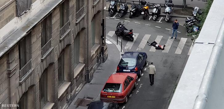 Egy közeli hotelszobából lefotózták a késeléses támadás egyik halottját.