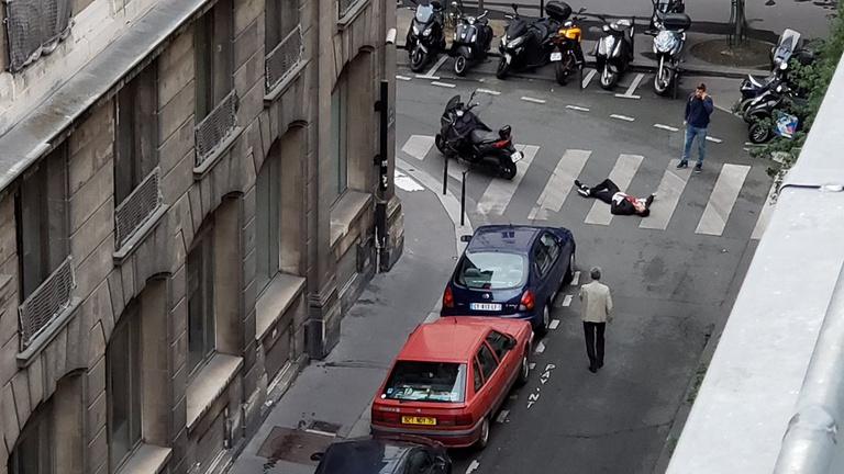 Késes támadás Párizsban, két halott, a rendőrök lelőtték a támadót