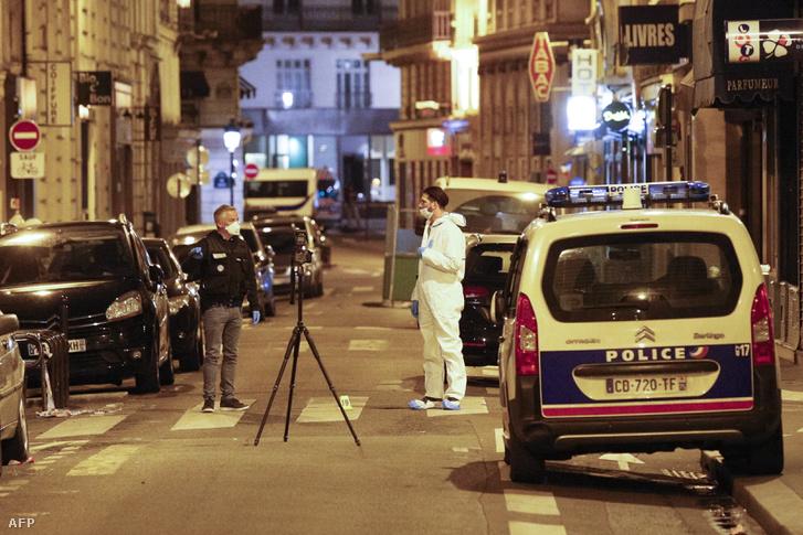 Helyszínelők vizsgálják a támadás környékét.