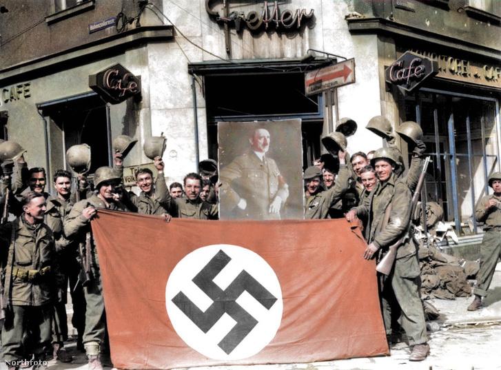 Amerikai katonák pózolnak egy náci zászlóval és Hitler portréjával.