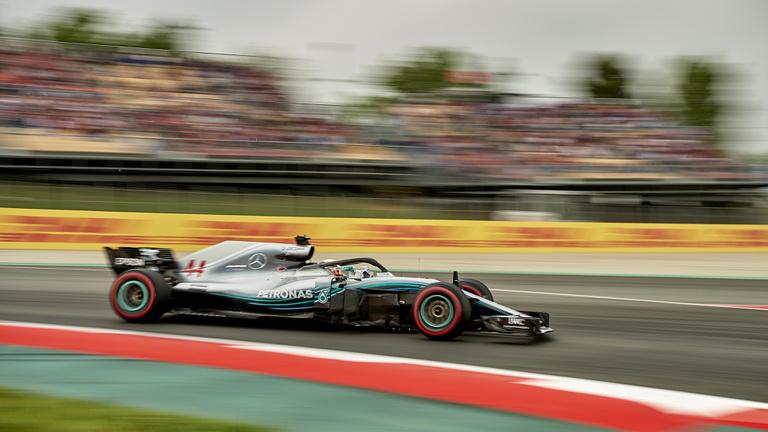 Ferrari-hibával könnyen nyerte a Spanyol Nagydíjat Lewis Hamilton