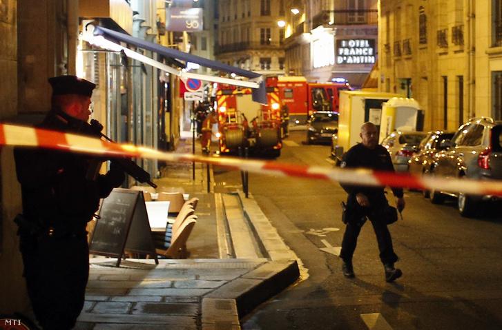 Rendőrök egy lezárt utcaszakaszon Párizs belvárosában, ahol egy férfi késsel járókelőkre támadt 2018. május 12-én.