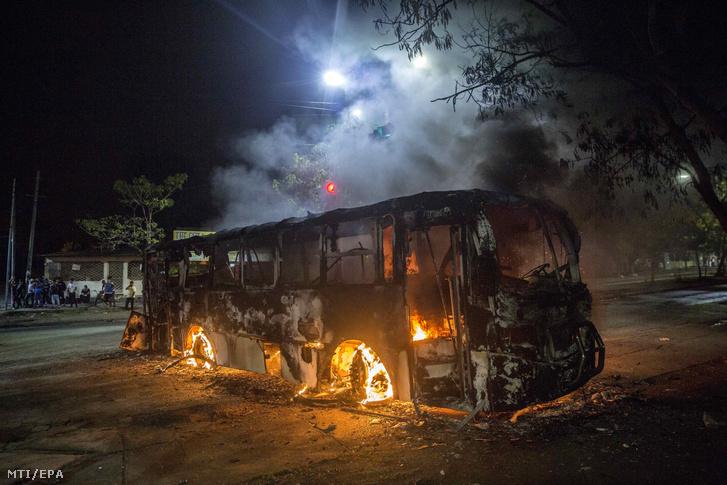 Autóbusz lángol a Daniel Ortega nicaraguai államfő lemondását követelő tüntetésen a fővárosban, Managuában 2018. május 8-án.