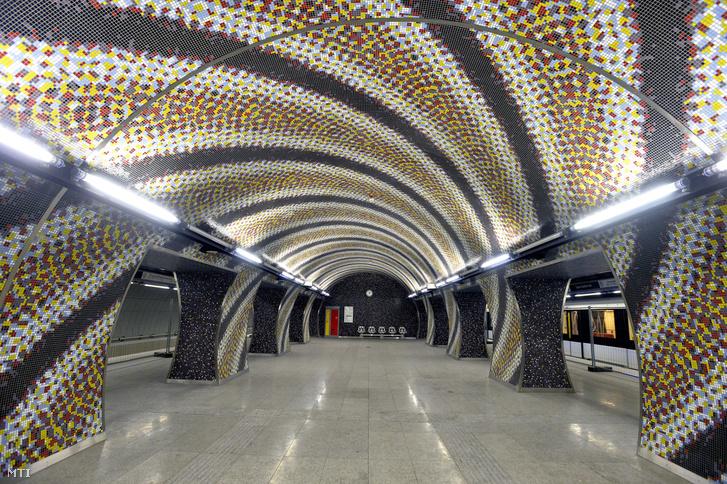 Mozaikokkal fedett peronrészlet a 4-es metró Szent Gellért téri állomásán