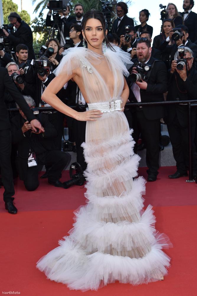 Ő pedig Kendall Jenner, akinek ebben az évben a bugyimutogatáson kívül a másik missziója, hogy a meztelen mellét turnéztassa.