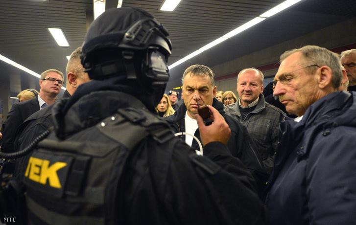 Orbán Viktor miniszterelnök (k), Simicskó István honvédelmi miniszter (j2), Pintér Sándor belügyminiszter (j) megtekinti a Terrorelhárítási Központ (TEK) terrorelhárítási gyakorlatát