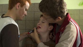 Az iskolában megalázták a lányos külseje miatt, színdarabot írt belőle
