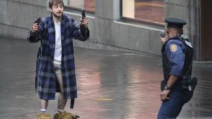 A nap képein Daniel Radcliffe alsógatyában és mamuszban pisztolyt lóbál