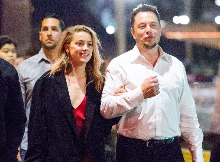 Eggyel korábbi barátnőjével, Amber Hearddal