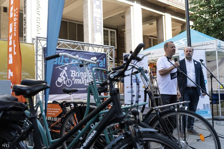 Révész Máriusz kerékpározásért és aktív kikapcsolódásért felelős kormánybiztos (b) és Kürti Gábor, a Magyar Kerékpárosklub szóvivője a Nemzeti Fejlesztési Minisztérium Bringázz a munkába! kampányának megnyitóján a belvárosi Madách téren 2018. május 14-én.