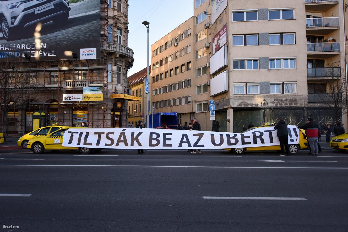 Az Uber ellen tiltakozó taxisok Budapesten 2016 januárjában
