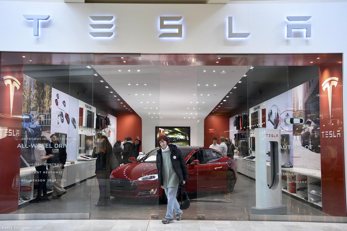 Egy Tesla Model 3-as a cég egyik amerikai bemutatótermében