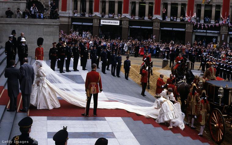 Az esküvőről annyira sokszor leírtak már annyira sok mindent, hogy itt talán elég csak arra utalni, hogy mind a jegygyűrűnek, mind a menyasszonyi ruhának külön Wikipédia oldala van