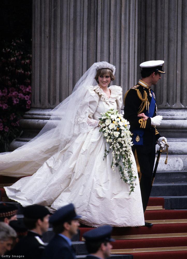 Érdekes, hogy Anna hercegnő, bár 2 évvel fiatalabb bátyjánál, 1981-ben már 8 éve férjnél volt