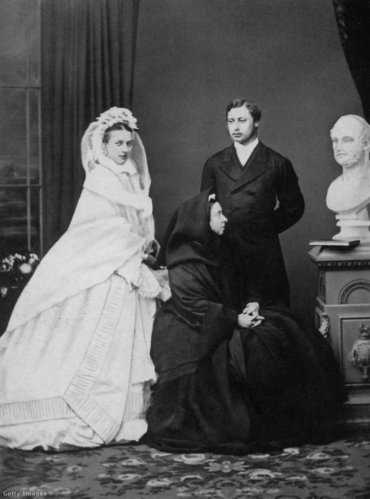 Ezen az 1863-os képen a legkönnyebben felismerhető személy Viktória királynő, aki középen feketében gyászolja két évvel korábban elhunyt férjét, Albert herceget