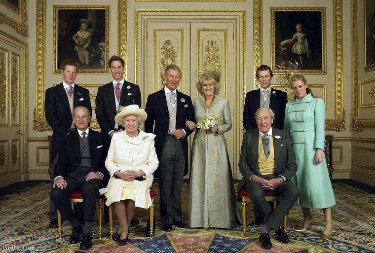 Ez a hivatalos esküvői fotó, a vőlegény és a menyasszony gyermekei és szülei szerepelnek rajta a páron kívül.