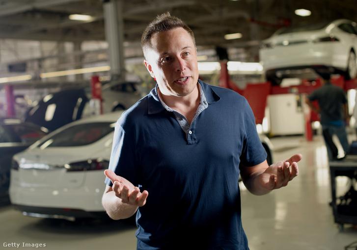 Elon Musk nyilatkozik a fremonti üzemben 2013-ban.