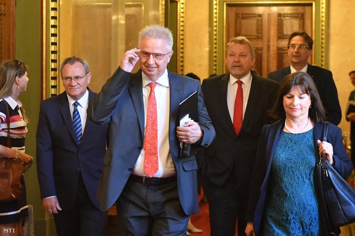Trócsány László érkezik a miniszteri meghallgatására