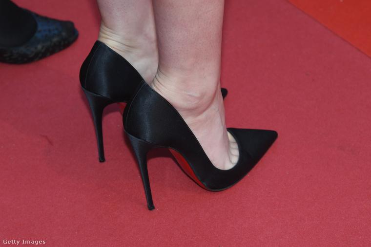A 28 éves színésznő ilyen cipőben volt, ami ránézésre elég fájdalmasnak tűnik