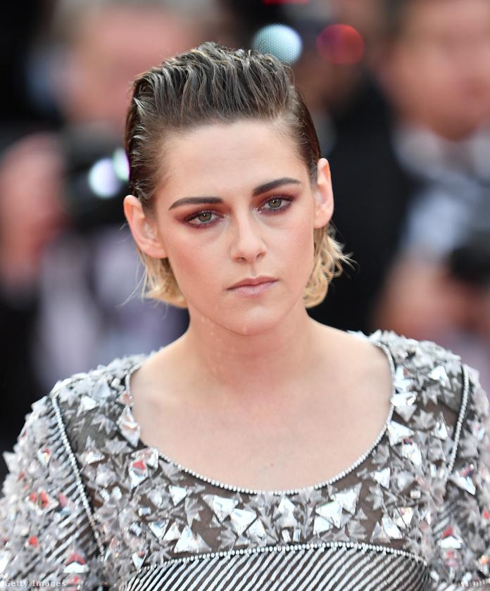 Kristen Stewart feje, miközben bevonul a Cannes-i filmfesztiválra.Önt vagy mondjuk minket lehet, hogy ennél kicsit jobban feldobna, ha ott lehetnénk a világ legpuccosabb filmes celebeseményének a kellős közepén, de a gyerekszínésznek indult Kristen Stewart nyilván már elég fiatalon átesett azon a korszakon, amikor az ilyesmi különösebben nagy hatással volt rá.
