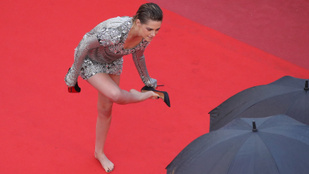 Kristen Stewart levette a cipőjét a vörös szőnyegen Cannes-ban