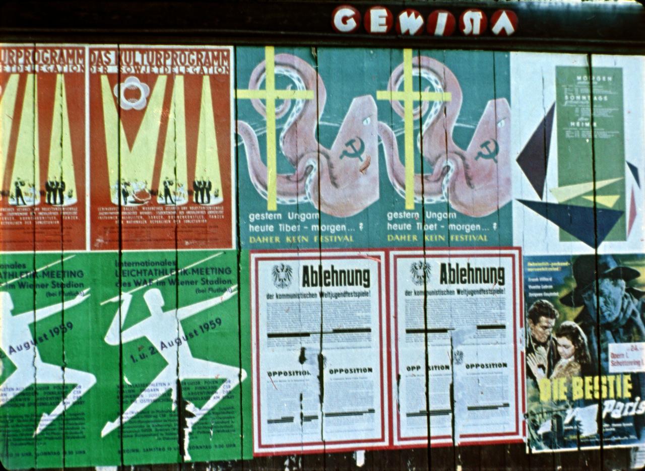 Ellenrendezvény, ha annak nem is Fenyvesi volt a kulcsfigurája, valóban volt, méghozzá igen jelentős. 1959 nyarán így gyakorlatilag két párhuzamos propagandarendezvényt tartottak egymás mellett; a bécsi utca valójában a VIP és a rászervezett, antikommunista ellen-VIP vizuális és ökölharcáról szólt. A hirdetőoszlopokat ellepték a Világifjúsági Találkozó szovjet jellegét kiemelő plakátok, mint ez a sarló-kalapácsos vörös polip is.