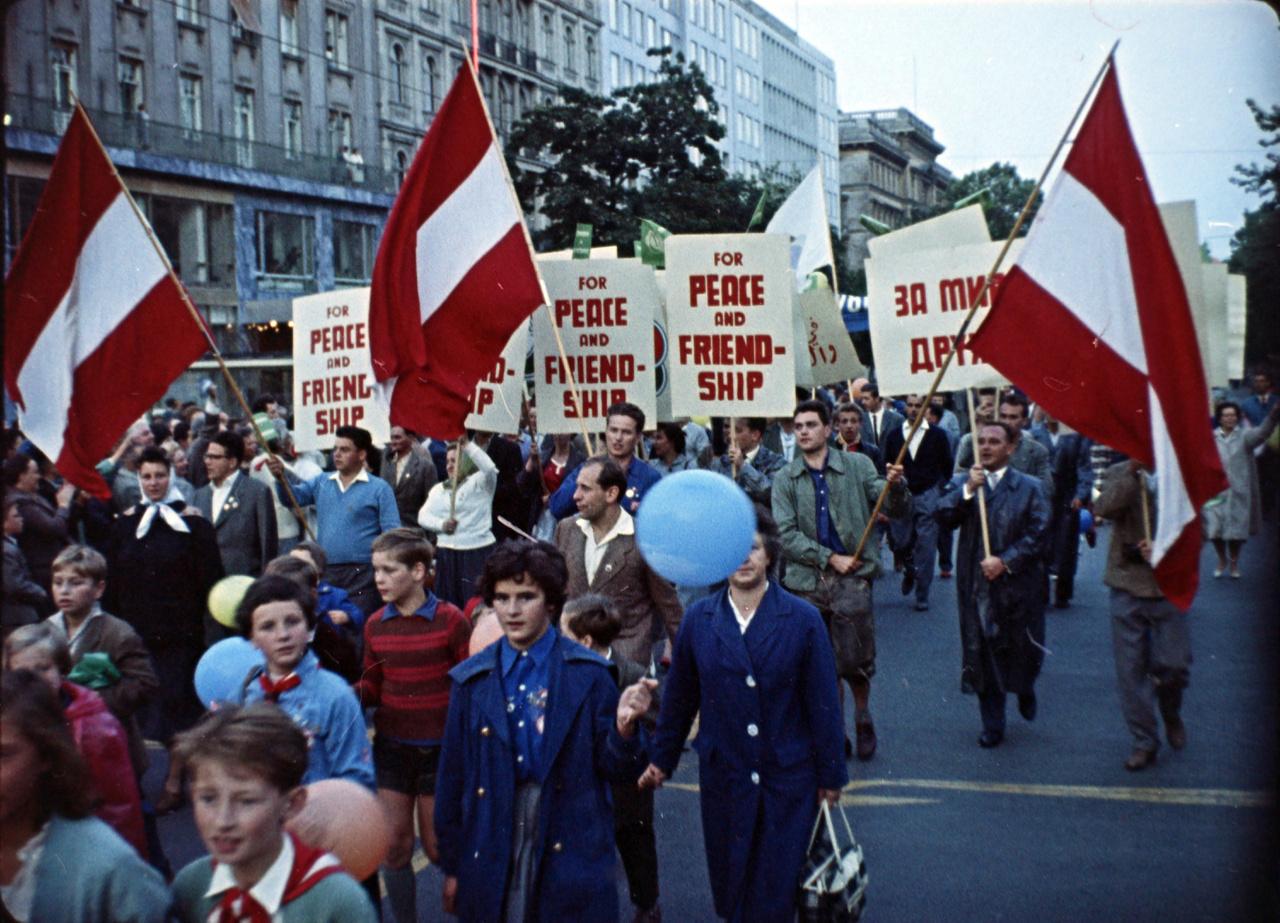 """""""Festival ohne uns"""", fesztivál nélkülünk - húzta a levegőben a VIT egy hete alatt három osztrák repülő maga után az antikommunista feliratot. """"De hát kinek hiányoznának ők, akik ezeket a feliratokat készítik?"""" - kommentálta az akciót a magyar film. A bécsi magyarok segítségével ekkor ellenpropaganda gyanánt az 1956 leveréséről szóló nyugati """"Magyarország lángokban"""" című filmet vetítették folyamatosan, a látogatókat pedig Andauhoz, a magyar határhoz buszoztatták, hogy a Vasfüggöny előtt beszéljenek nekik a magyar kérdésről. Izzott az irodalmi front is: a CIA washingtoni házinyomdájában 9 ezer zsebméretű példányt nyomtattak oroszul a Doktor Zsivágóból, a köteteket orosz emigránsok dobálták be a szovjet buszkonvoj ablakain. Orwelltől az 1984-et és Az állatfarmot, Koestlertől A bukott istent szintén több ezer példányban szórták szét Bécsben a Világifjúsági Találkozó napjaiban."""