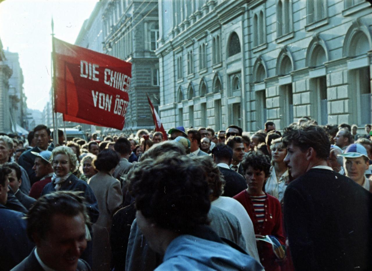"""Az emigrációs, antikommunista sajtó ezzel párhuzamosan a VIT-tel kapcsolatban érdektelenségről, a két nagy rendezvény szervezői között utcai összecsapásokról számoltak be. """"A Ringen, a Béke és barátság felvonulása alatt, verekedés verekedést követ. A piszkos munkát az osztrák kommunisták """"rohambrigádjai"""" végzik. Egy kis angol csoport […] """"Tibetet se feledjük"""" – emeli magasba a táblát. A következő pillanatban már a földön hevernek (köztük lányok is), összeverik, megtapossák őket."""" Hogy ennek mennyi valóságalapja volt, és mennyi túlzás rakódott rá, nem tudjuk."""