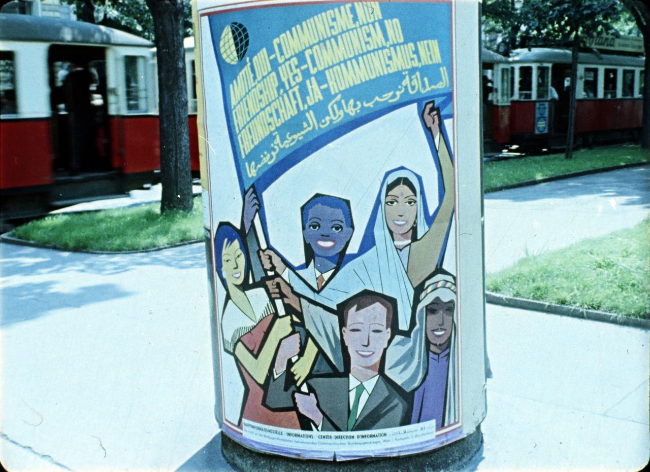 """""""A fesztivál időpontjának közeledésével Bécsben egyre több plakát látható. Az osztrák Népi Ifjúság által régebben kiadott """"Barátságot igen, Kommunizmust nem!"""" plakát mellett megjelent az Osztrák Diákok Szövetsége által kiadott VIT-ellenes plakát is. A plakáton egy rabságot szimbolizáló bilincs látható, melynek végén egy sarló kalapáccsal ellátott vasgolyó van. A vasgolyóra bohóc-sapka van húzva, pávatollal"""" - állt a magyar állambiztonsági tájékoztatóban. A bécsi magyar emigráns feliratok a megnyitó előtti éjjelen is teleragasztották a várost, de a plakátjaikat napkeltéig szinte mind letépték."""