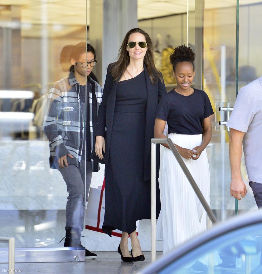 Angelina Jolie legidősebb lányát, a 13 éves Zaharát és második fiát, a 14 éves Paxet a repülőtér kijáratánál kapták lencsevégre.