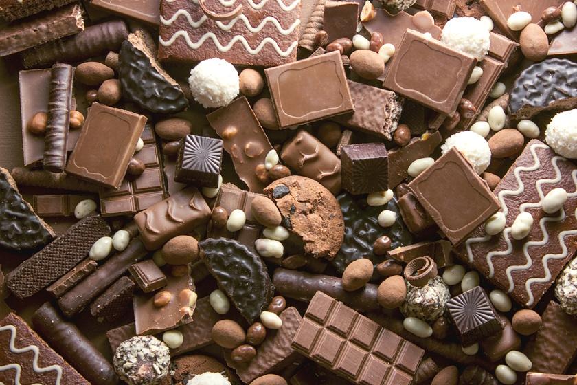 Egy tábla csoki az egyik legrosszabb megoldás. Rengeteg cukor és sok kalória van benne, de vitamint, ásványi anyagot alig tartalmaz. A cukor gyorsan megemeli a vércukorszintedet, rövid időre feldob, majd a vércukorszint hamar visszazuhan, így újra éhes leszel, és még fáradtabb, feszültebb, mint korábban.