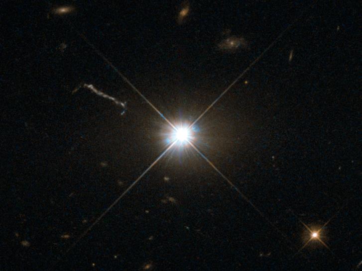 Ilyennek látszik egy fényes szupermasszív fekete lyuk (a 3C 273 kvazár) a Hubble űrtávcső felvételén