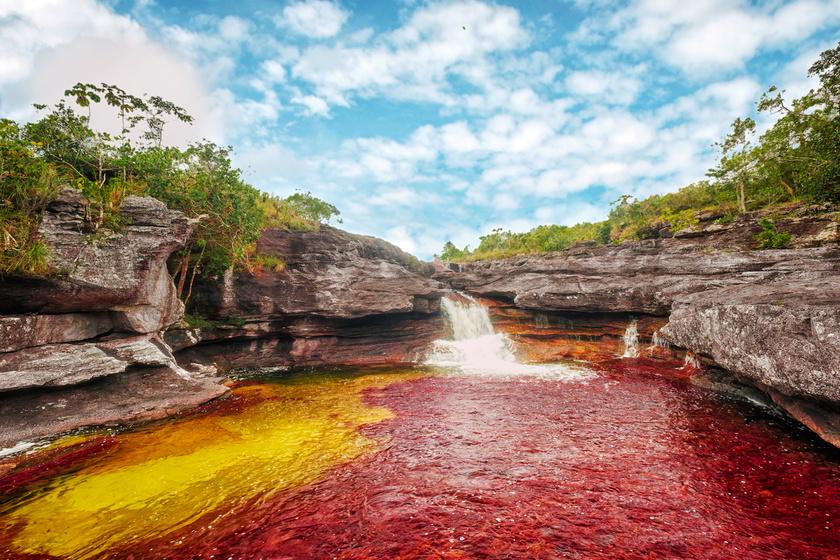 Nem Photoshop! Az öt szín folyója tényleg szivárványként ragyog - A vízesések a legszebbek