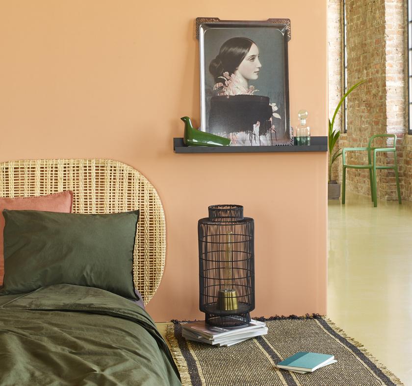 A szalmarózsa és khaki kombinációja a hálószobába is illik.