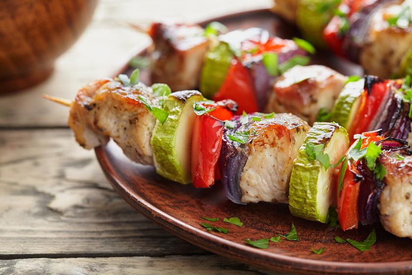 Saslik, rablóhús vagy ízletes csirkenyárs: mindegy, hogy hívod, a könnyed étel egyszerűen fantasztikus. Húzd pálcikára egymás után a fűszeres csirkemellet és a legkülönbözőbb zöldségeket. A húst érdemes pácolni, hogy ízletesebb legyen, és ne száradjon ki sütés közben. Szószokkal fokozhatod az élvezetet.