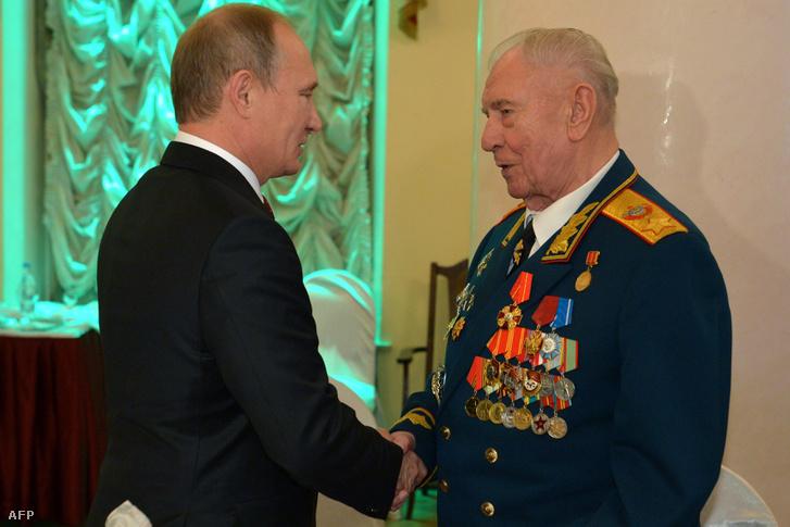 Putyin üdvözli Jazovot a kilencvenedik születésnapján 2014-ben.
