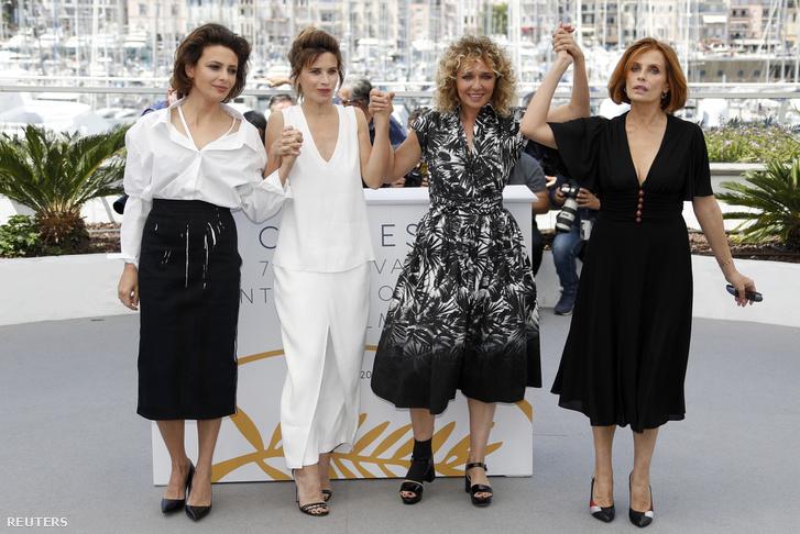 Valeria Golino a film női szereplőivel Cannes-ban