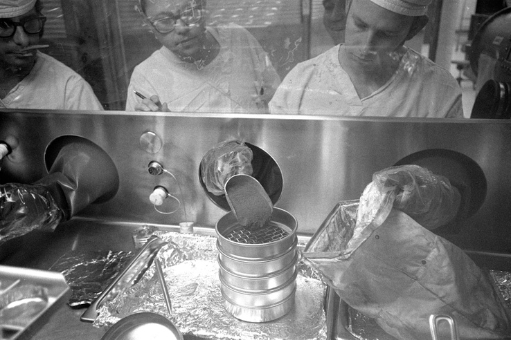 1971: technikusok az Apollo-14 küldetés során a Hold talajából vett mintákkal dolgoznak a holdkőzetlaborban.
