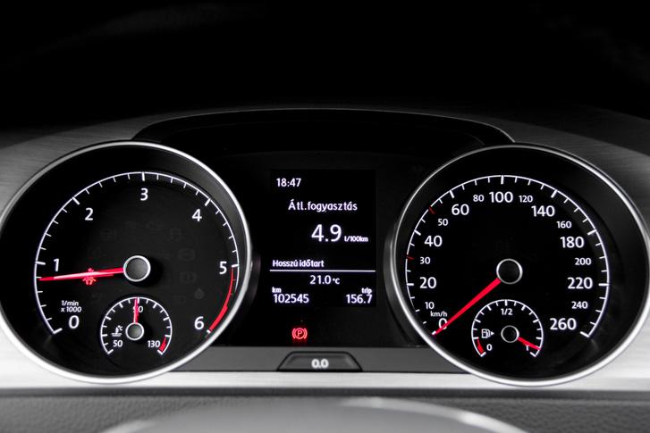 Ez az utóbbi 6500 km fogyasztása. Valójában ez 5,2 liter/100 km, mindig 3 decit hozzá kell adni az optimista műszerhez