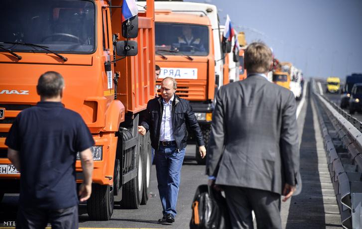 Vlagyimir Putyin orosz elnök teherautók mellett a Krímet és Oroszországot a Fekete- és az Azovi-tenger között összekötő Krími híd avatóünnepsége előtt, 2018. május 15-én.
