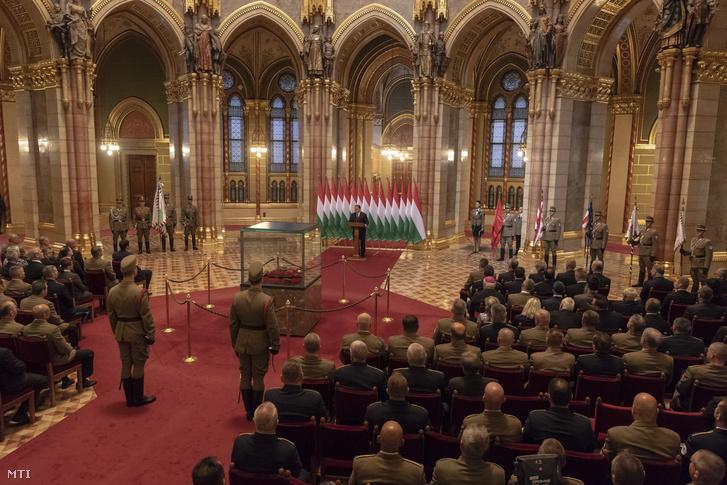 Orbán Viktor miniszterelnök beszédet mond a Honvéd Vezérkar főnöke tisztség átadás-átvételi ünnepségén az Országház Kupolacsarnokában 2018. május 16-án. A tisztséget Benkő Tibor vezérezredestől, honvédelmi miniszterjelölttől Korom Ferenc vezérőrnagy veszi át. Középen a Szent Korona.