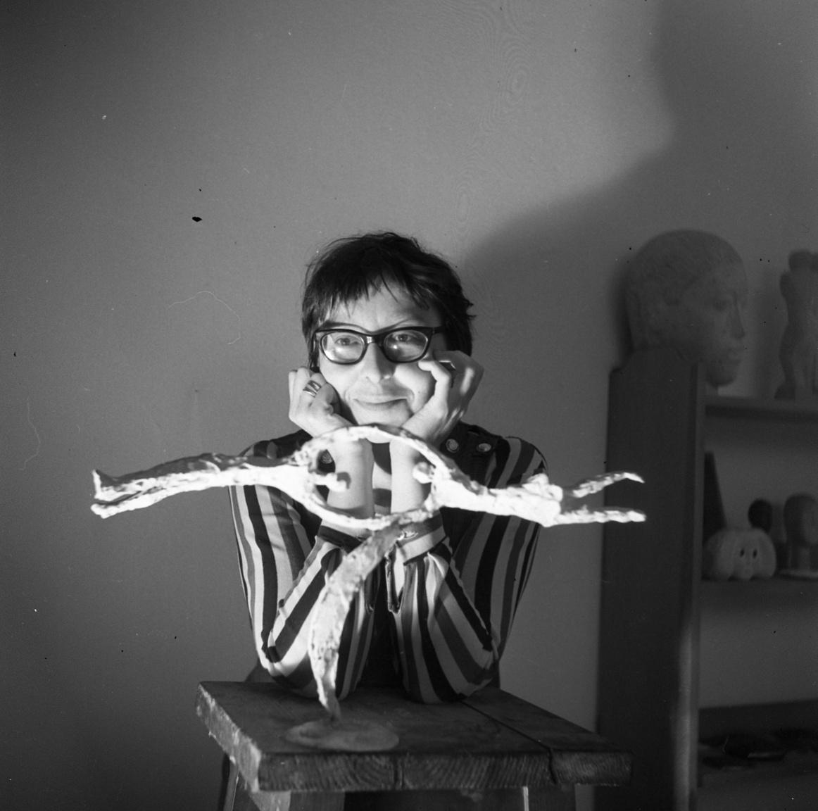 """""""Előbb tudtam kisplasztikát csinálni, mint palacsintát. De most már azt is tudok""""– pózolt Ligeti Erika szobrász egyik műve mögött."""