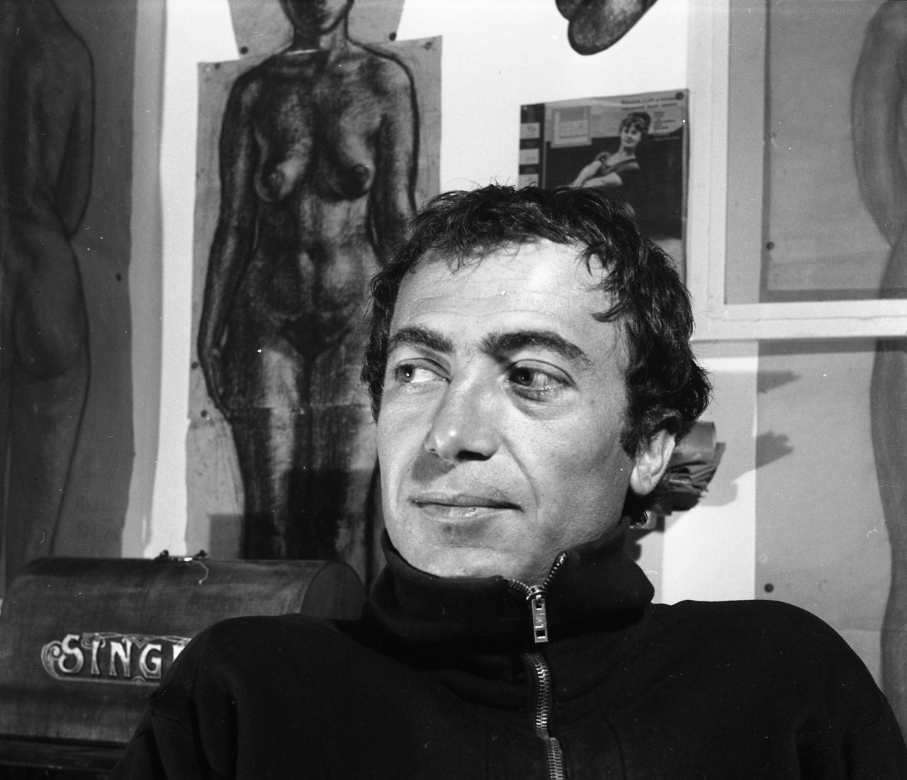A görög születésű Papachristos Andreas tizenegy évesen került Magyarországra, miután partizánként harcoló apja meghalt a polgárháborúban. A főiskolán szobrászatot tanult, Mikus Sándor volt a mestere. Műterme falát csomagoló papírra vetett életnagyságú női aktok, portrék borították. A hatvanas-hetvenes években főként kőszobrokat, a klasszikus görög szobrászat által ihletett stilizált figurákat, portrékat készített.