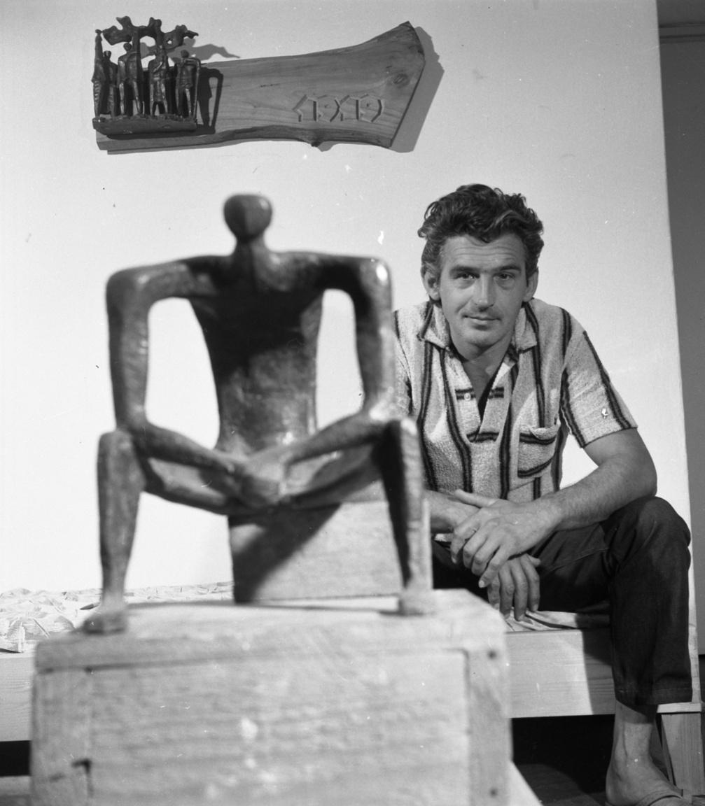 """""""Dunakeszin 1964-ben beléptem a pártba, hogy ne csak a szobraim harcoljanak""""– mondta Rózsa Péter szobrászművész a fotózáskor. Az ember alkotta természet érdekelte, a gyárak, a házak, és a munkások. Többszöri próbálkozás után, 1955-ben vették fel a főiskolára. Tíz évvel volt idősebb évfolyamtársainál, de nemcsak ezért lógott ki. """"Megtanultam a marxizmust, mégsem tudtam megfogalmazni magamnak, amit 56-ban láttam, csak fájt, hogy ledöntötték a mesterem alkotását. Mikor újra megkezdődött a tanítás, megszerveztem a főiskolán a KISZ-t. Egy dunaújvárosi kőművessrác és egy összetört zsidó gyerek állt mellettem […] Megköpdöstek minket."""""""