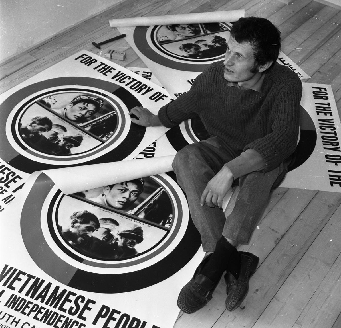 """Lukoviczky Endre a plakátok között, amelyek híressé tették őt, és ott voltak a helsinki ifjúsági világkongresszuson és párizsi tüntetők kezében. A hatvanas-hetvenes évek politikai mozgalmai hatással voltak Lukoviczkyre, úgy gondolta, nem lehet elzárkózni a politika elől annak, aki maradandót akar alkotni: """"ma mondani kell valamit."""""""