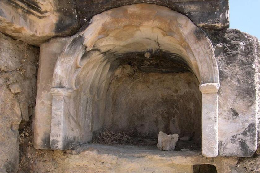 Egykor az alvilág, a pokol kapujának is hívták, Pluto, az alvilág istene kapujának. Az egykori hierapolisiak csupán annyit láthattak, hogy az állatok egyszeriben meghaltak ezt megközelítve, a rituálékat bemutató papok pedig bódult állapotba kerültek.