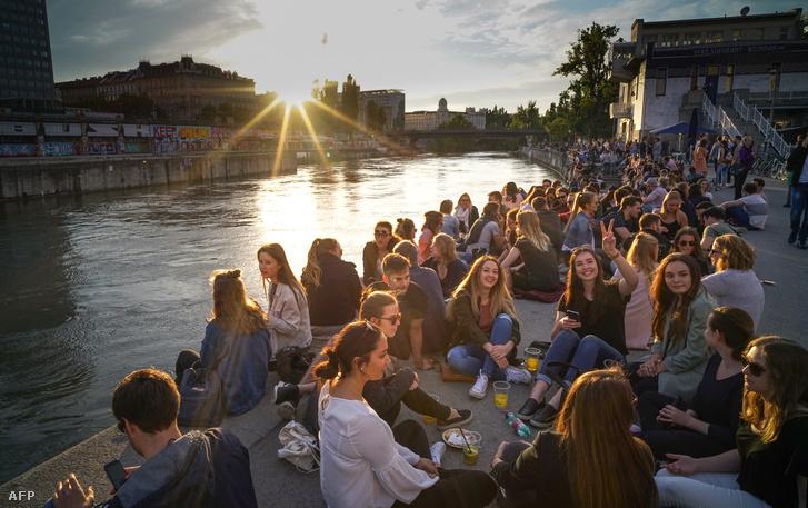 Naplemente Bécsben a Duna-csatorna partján