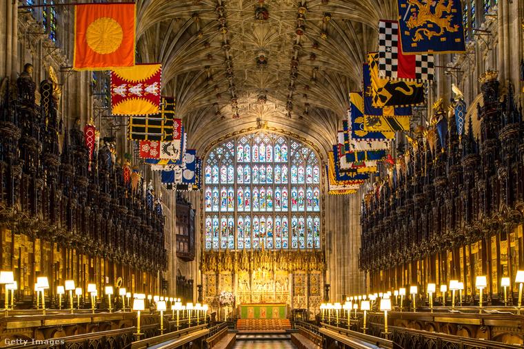 A ceremónia londoni idő szerint 12 órakor kezdődik a Szent György-kápolnában, amely 800 fő befogadására képes